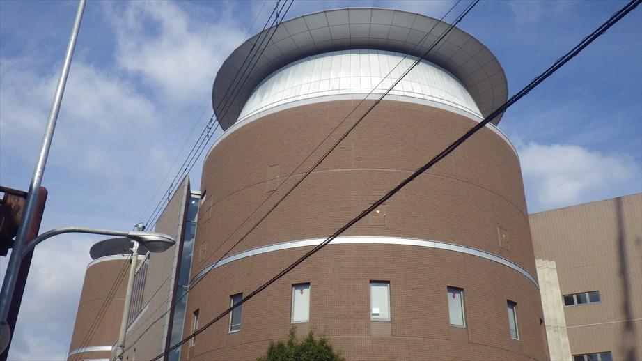 茶色い円柱の建物がムーブ21(守口会場)です