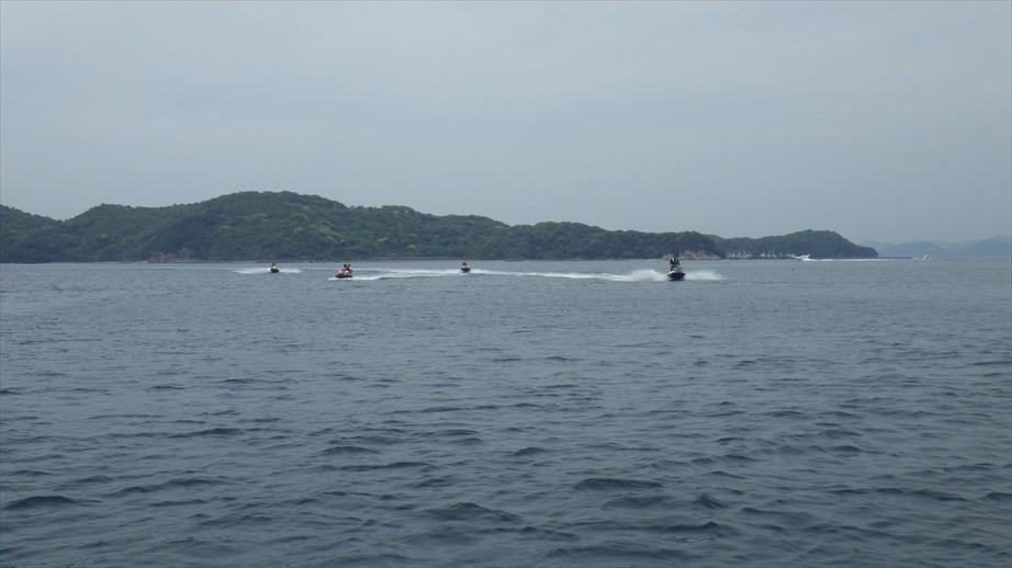 右からは船のクルージング、左からはジェットのツーリング、