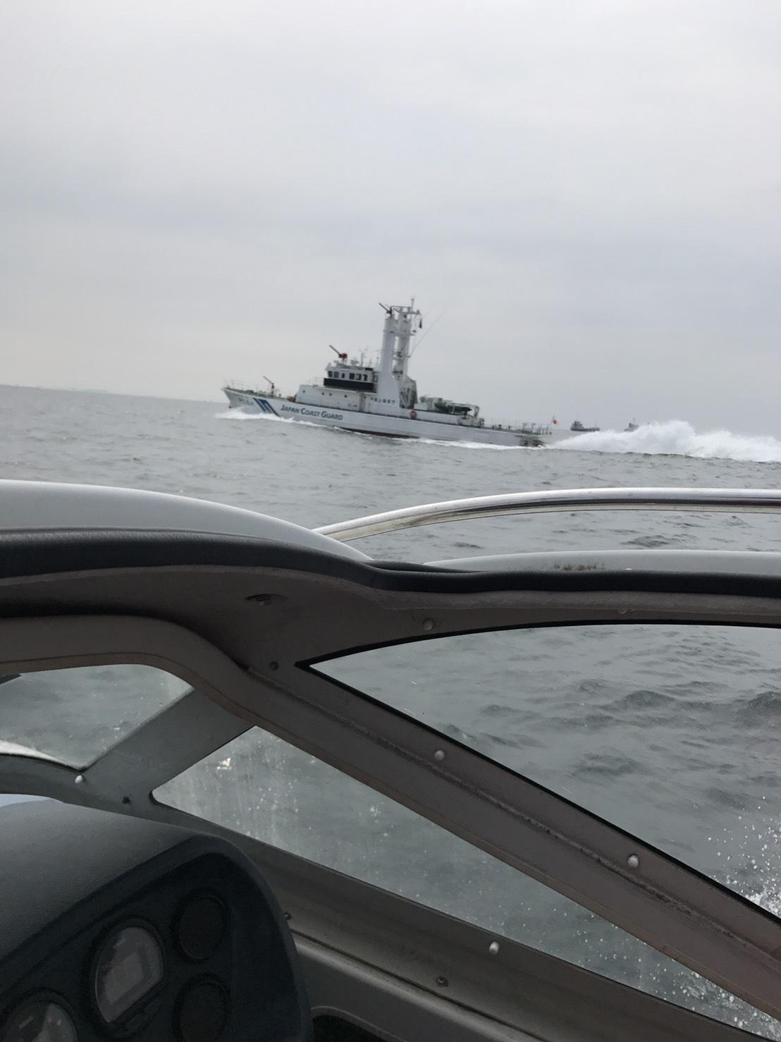 巡視艇「ぬのびき」と併走し、パトロール中