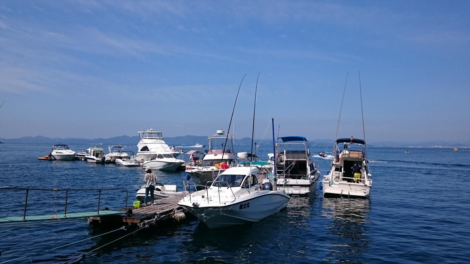 海の家の桟橋が大賑わいで、2艇横抱きしているところもちらほら(笑)