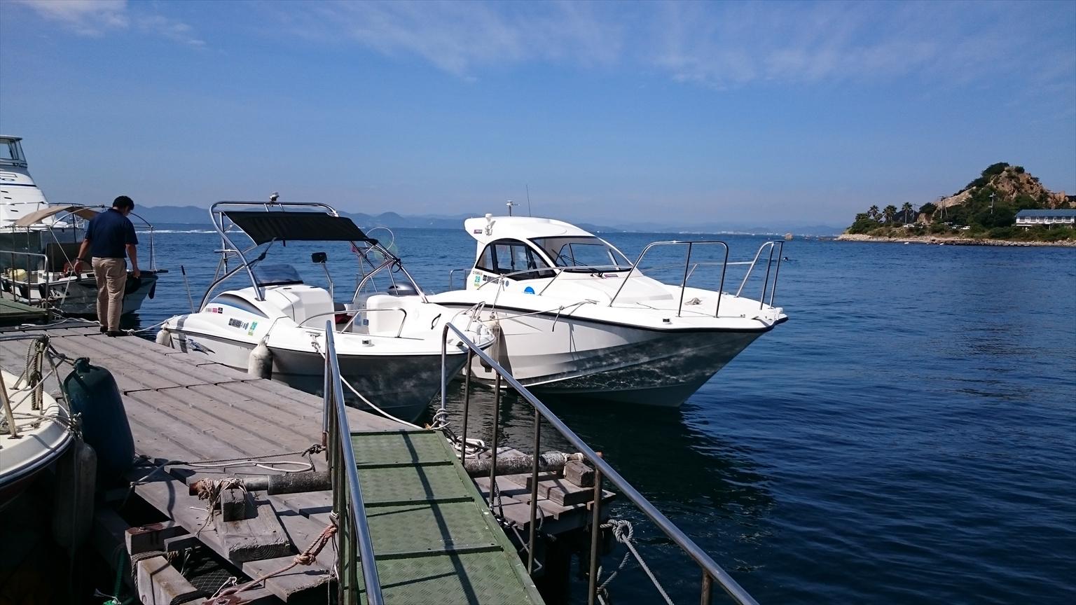 オークマリーナを後で出港したクルージングの別グループが、着岸できずに私たちの船の隣に横抱きです!(笑)