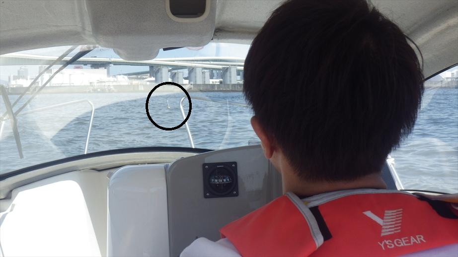 見えにくいですが、要救助者にみたてた目標物(ブイ)を確保しに行きます。(6月4日開催、大阪北港教室にて)