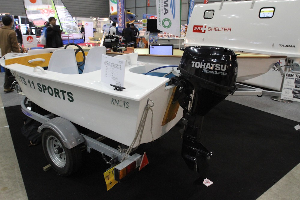 もともと免許不要のモデルに9.9馬力を搭載しデッキも設けたKNOTS11SPORTS