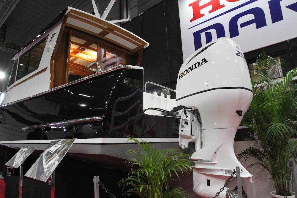 ホンダブースには佐野造船所の木製ボートとのコラボモデルが展示。こちらもホワイト!