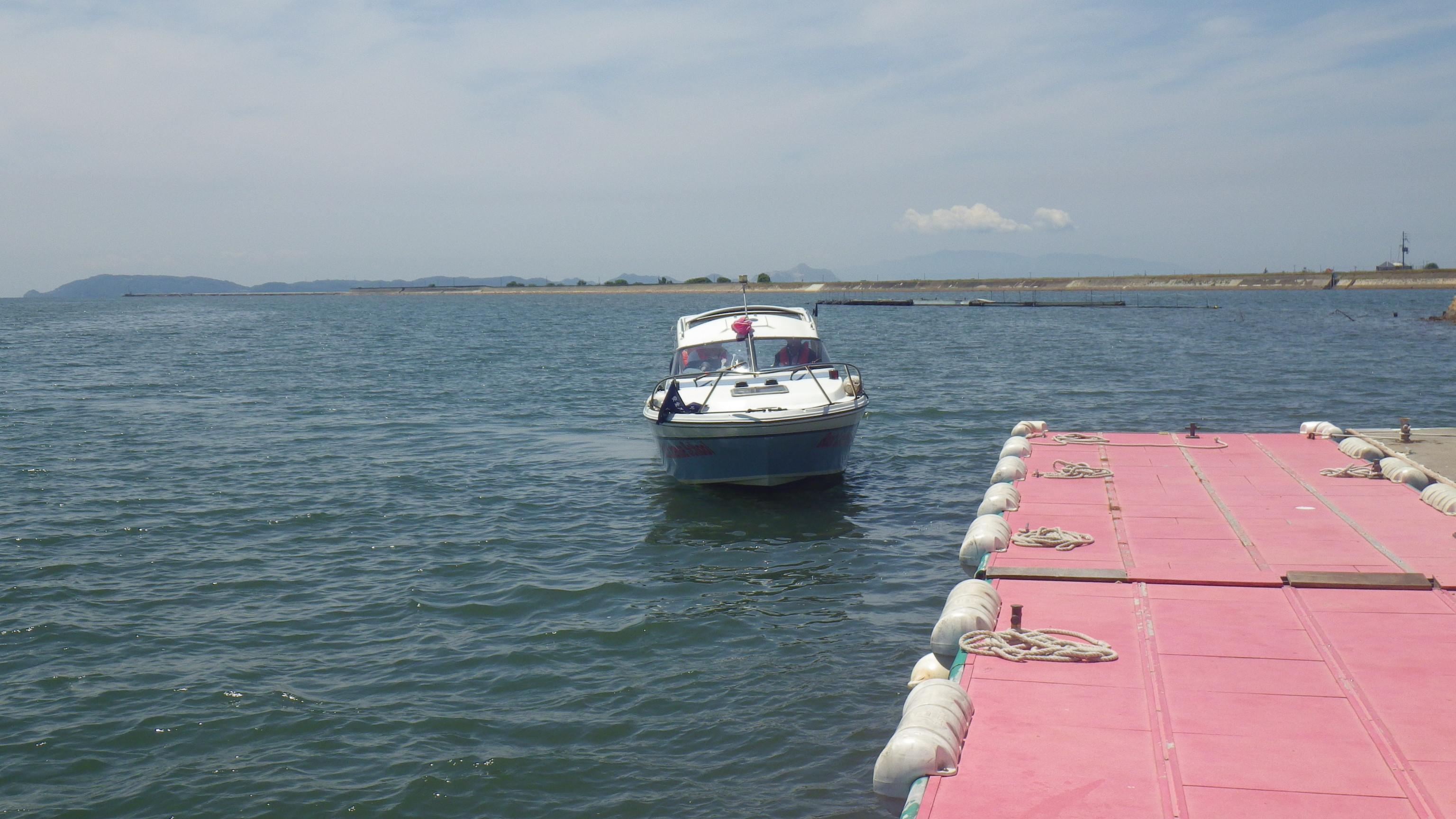 この距離感が難しい!陸上と違い、浮いているので、風・波の影響を考えての操船が必要です