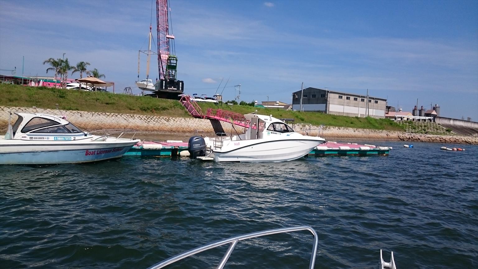 しばしマリーナとお別れ。左側が試験艇、中央はレンタル艇です