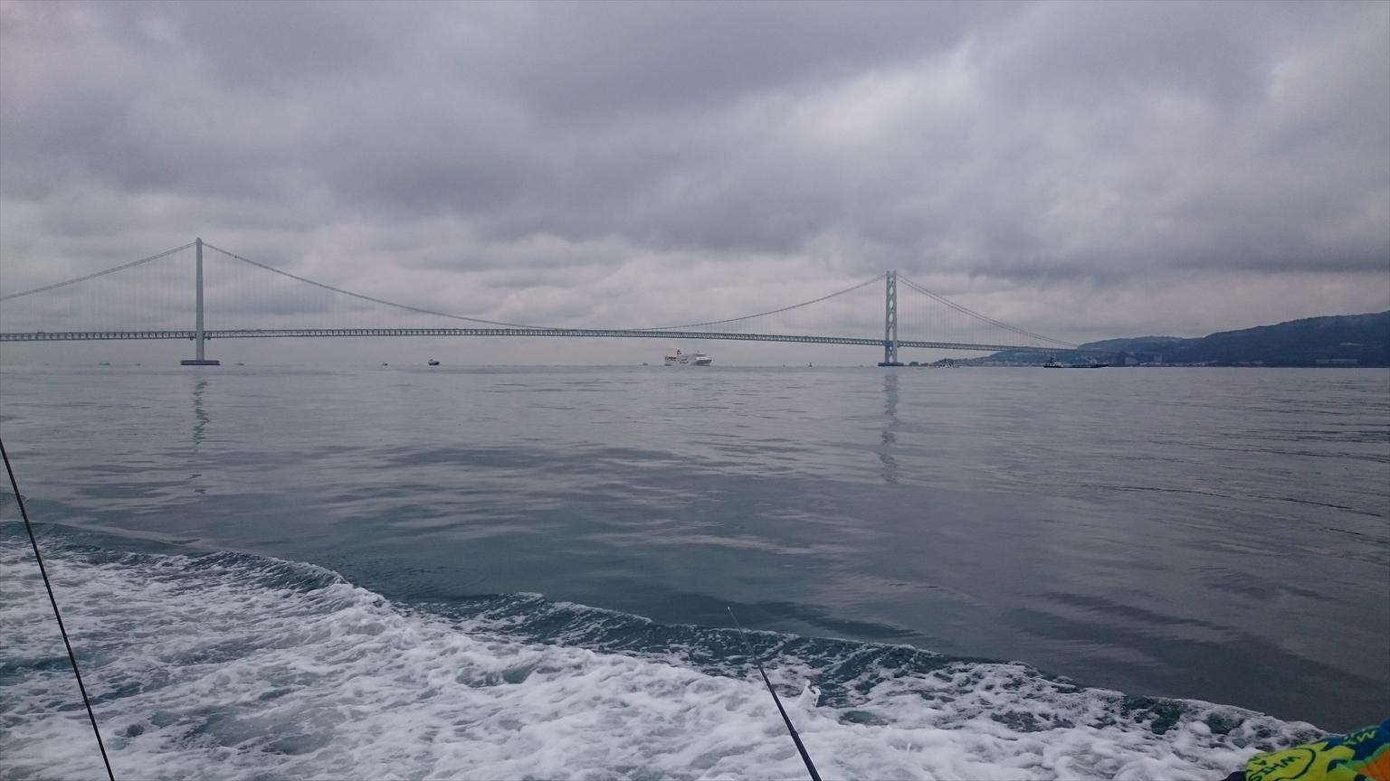 明石海峡大橋の近くでポイントを移動しながら狙います