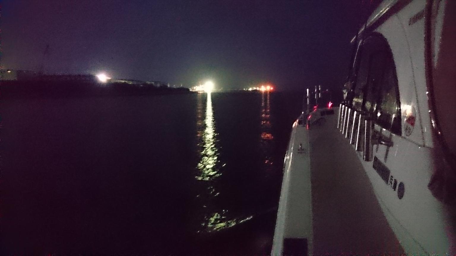 夜間は街灯りが少し見える程度。海上はライトがないため、障害物の発見が困難です