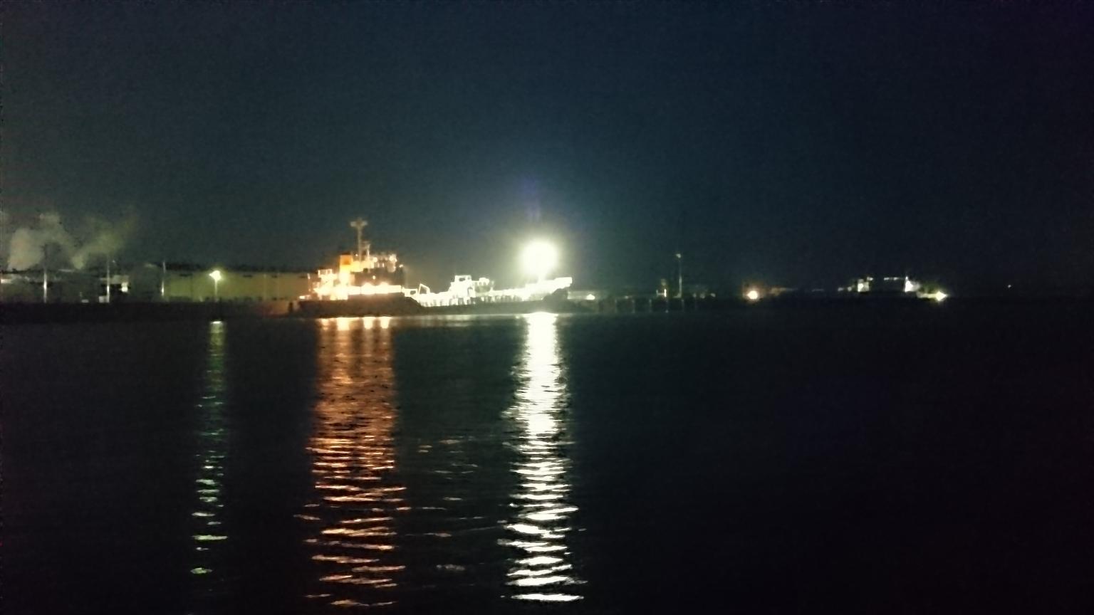 大型船が岸壁に係留していました。それだけでどこか幻想的・・・高ぶる気持ちの中では何を見ても大興奮です(笑)