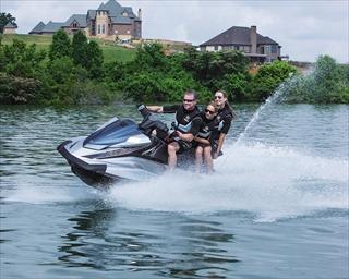 特殊免許を取得すると水上オートバイに乗船(操縦)できます!!