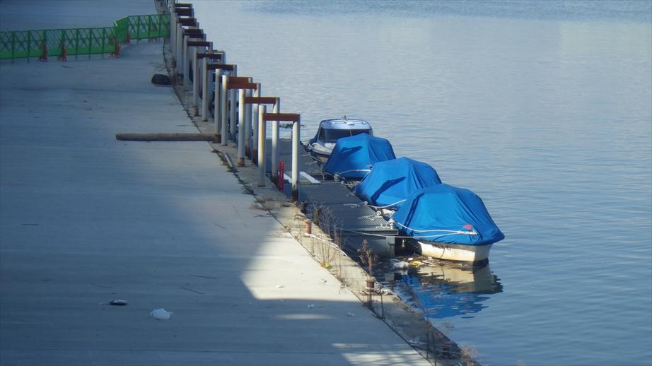 橋の上から右手の方に試験艇が見えます