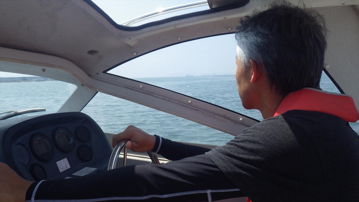 救助ブイを確認したら、救助舷を決定し、周りに船がいないかどうかも考慮しながら接近します