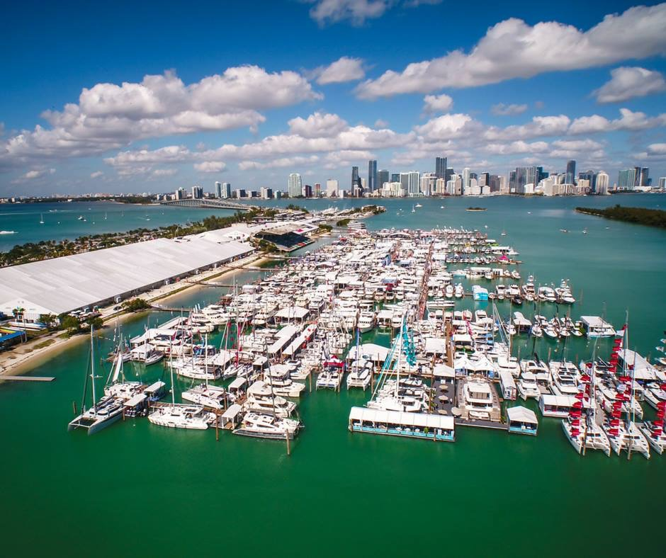 メイン会場、500艇以上ものボートや備品、グッズを販売しています。