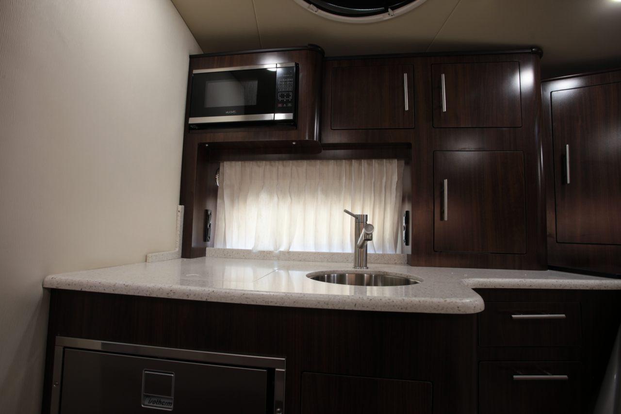メインサロン ギャレー・冷蔵庫・電子レンジ・電磁プレート・エアコンを装備 快適機能が充実