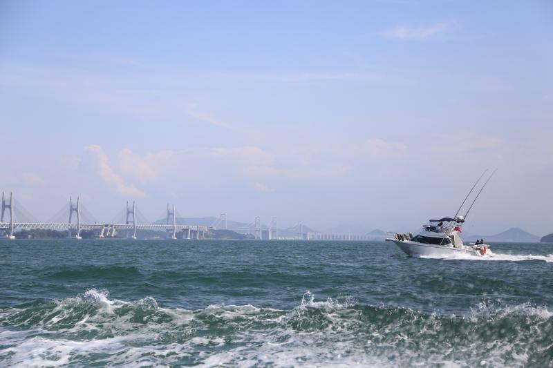 遠くに島をつなぐ橋を眺めながら
