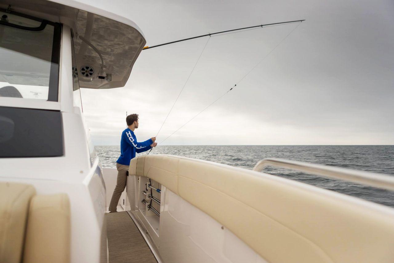 ポートサイドウォークスルー /背の高いフリーボードを備えた幅広のウォークスルーは、船首からの簡単なアクセスを提供します。