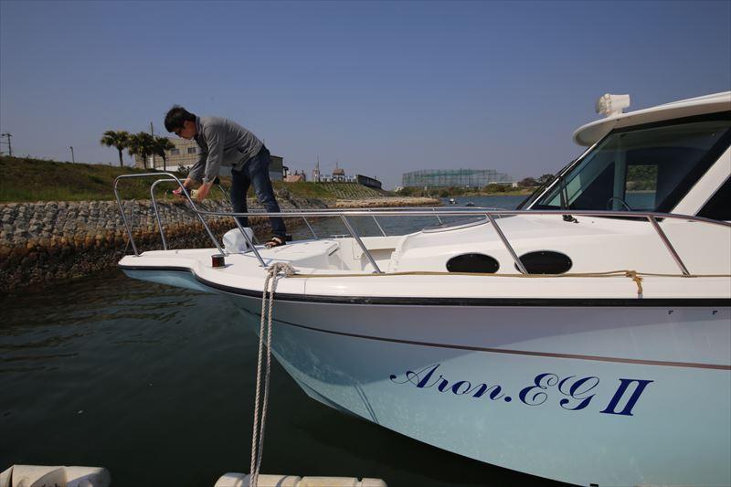 安全航海と大漁祈願を祈って船にシャンパンをかけてのお清め