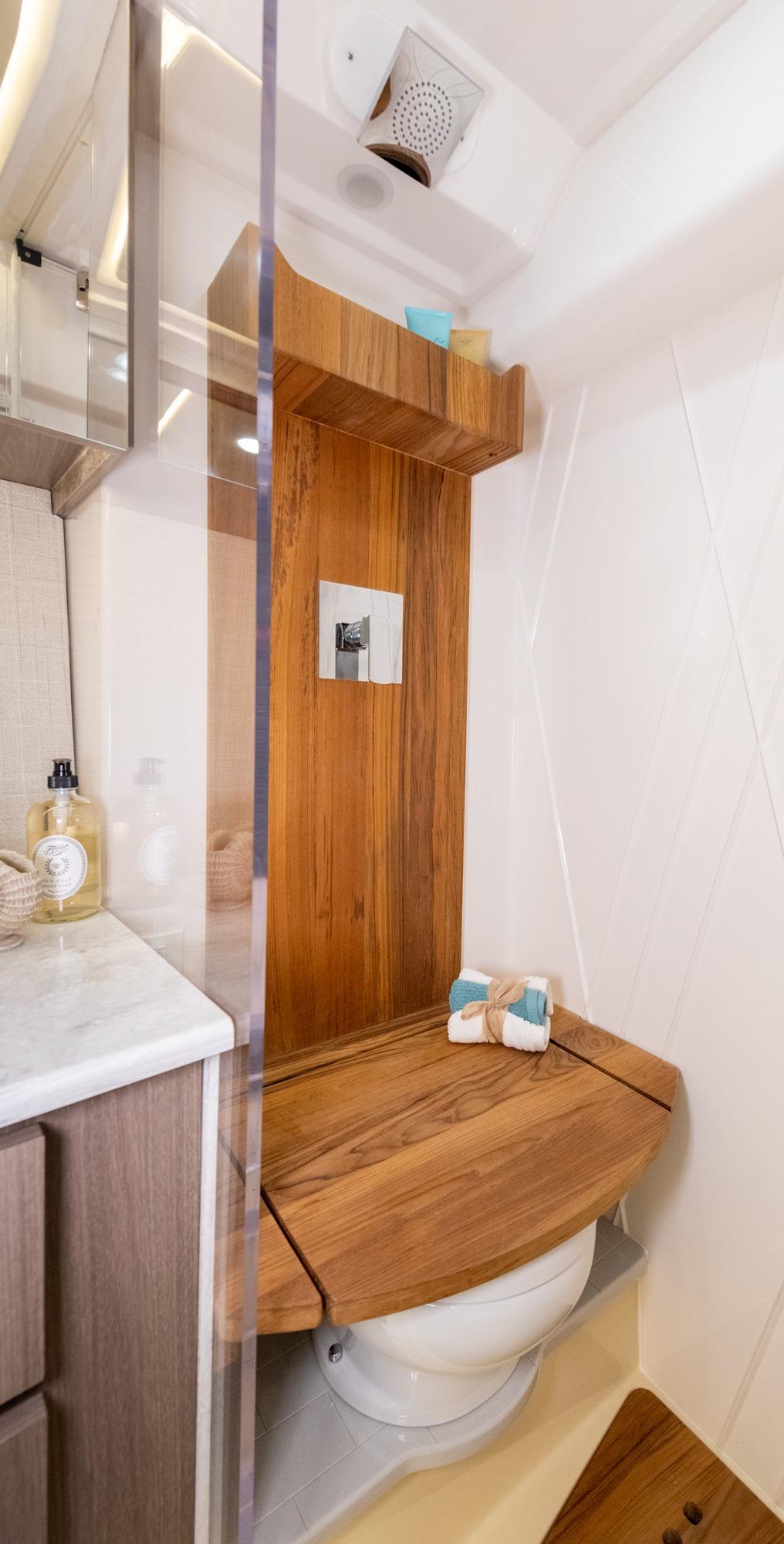 ヘッド&シャワー / エレガントなヘッドと独立したウォークインシャワーは、キャビネットと高級カウンタートップを備え、快適さとスタイルを提供します。