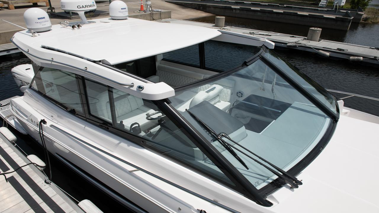 大型サンルーフ/ 格納式のハードトップとフロントガラスのウォークスルーで、日差しと新鮮な空気を取り入れましょう。オプションのガラスエンクロージャドアにアップグレードして、サロンを完全に閉じることができます。