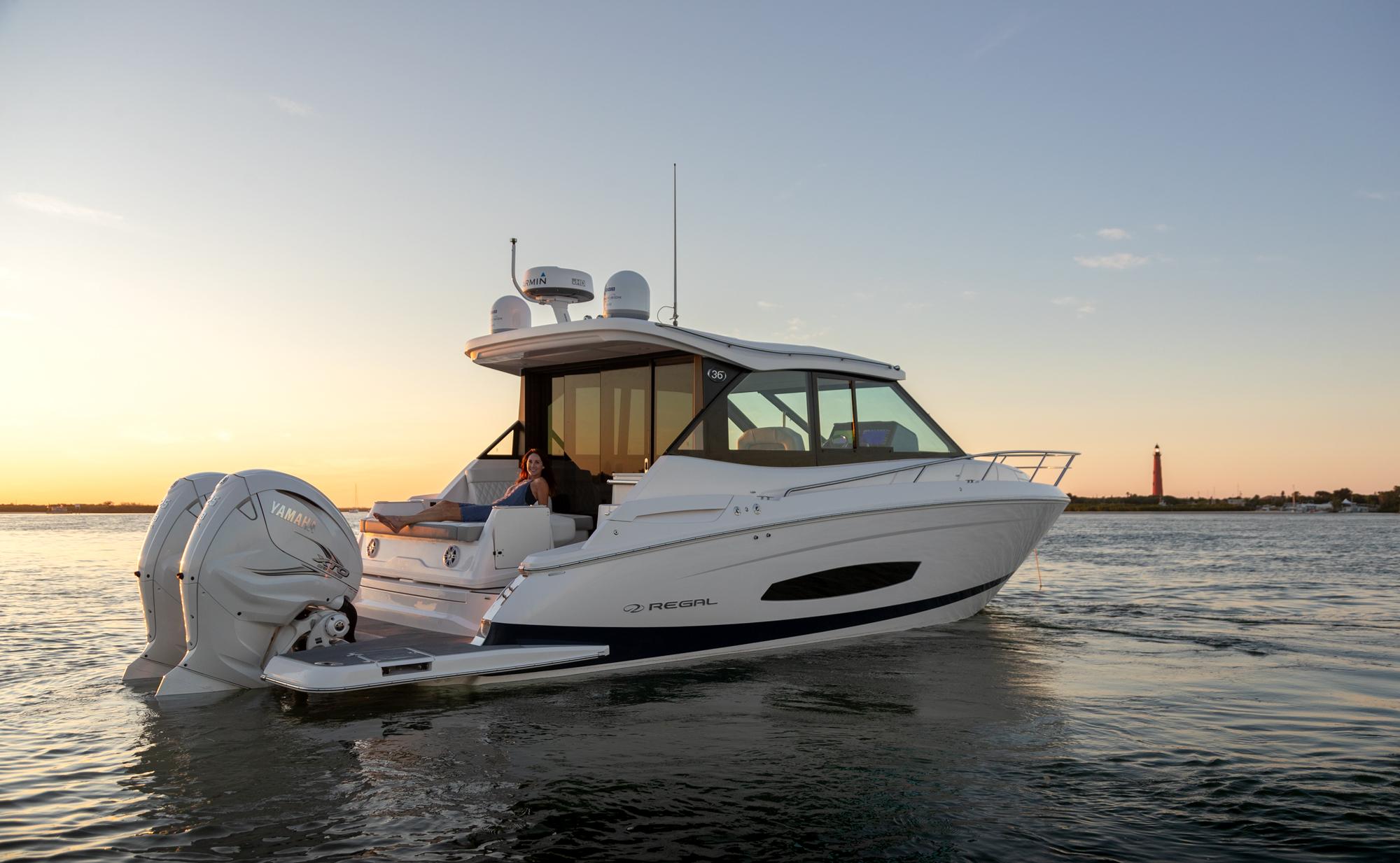 REGAL 36 XO:フロントガラスウォークスルー/利便性の高い、フロントガラスのウォークスルーによって、船首とサロンの間を自由に行き来することができます。