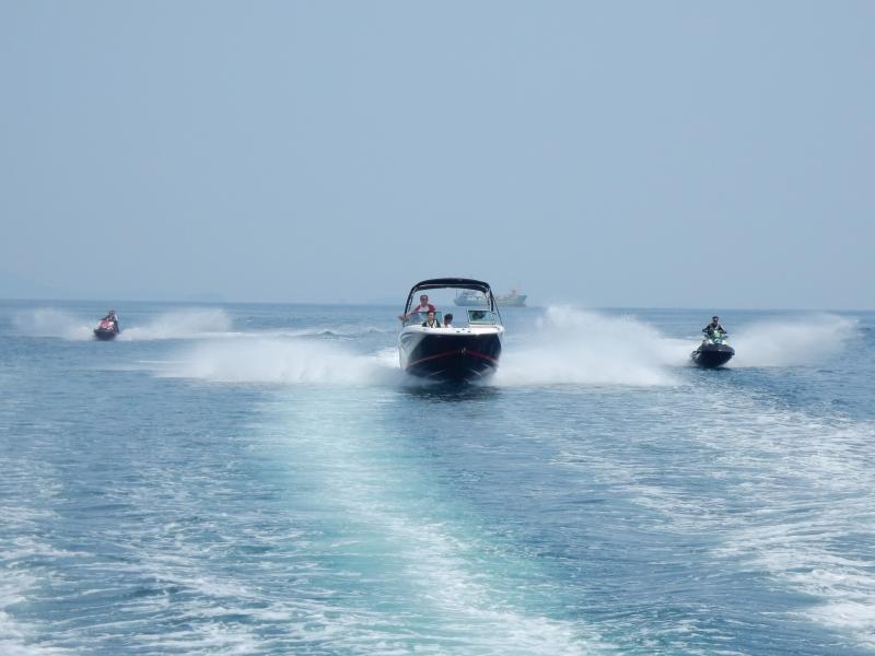 水上オートバイ2隻とREGAL23